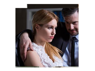 Mujer con el brazo de un hombre en sus hombros