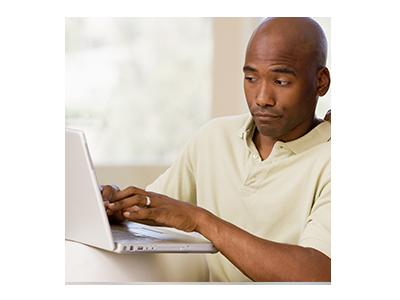 Hombre que escribe en una computadora portátil