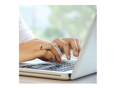 Mujer que escribe en una computadora portátil