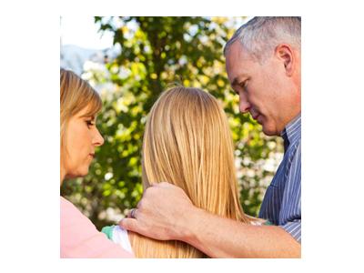 Padres preocupados que consuelan a su hija